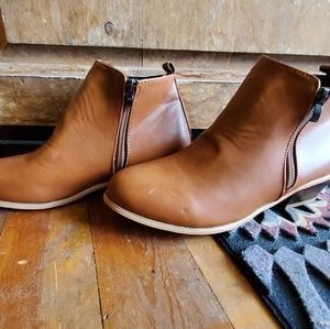 Shoes - Tan leather ankle booties!